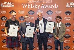 """Eugen Kasparek nimmt auf der Frankfurter InterWhisky die Auszeichnung """"Best Whisky-Shop 2014"""" entgegen"""